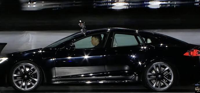 Elon fährt vor